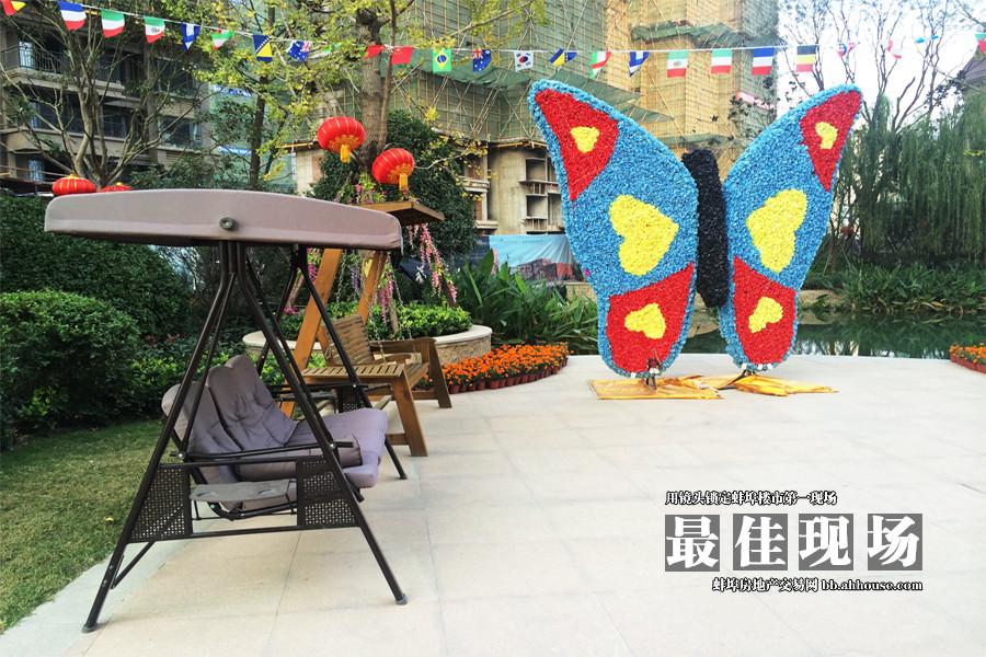 花花世界的蝴蝶和休闲座椅