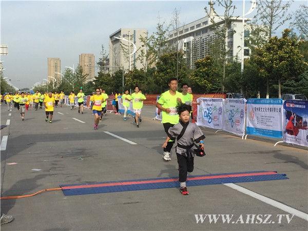 宿州首届半程马拉松长跑13日圆满落幕 选手乐在其中
