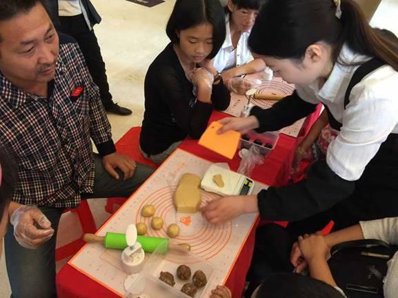 中秋造 月 月饼DIY活动举行