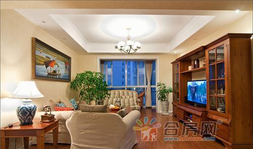 应户主意愿,设计师用美式乡村风格装修,大型家具选用厚重的实木材质