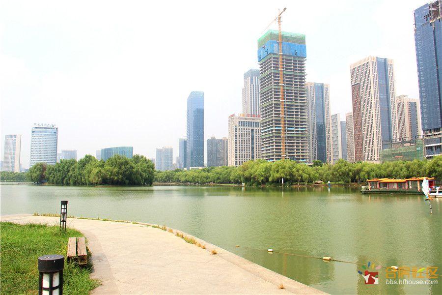 蔚蓝天鹅湖.jpg