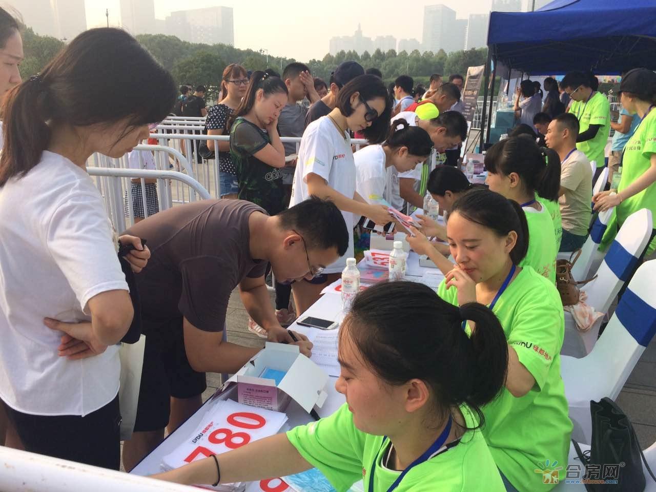 参赛者签到领取物料和号牌