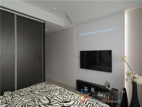 主卧房床头跳接黑镜延续黑白对比调性,并在床尾处的电视墙处,结合led图片