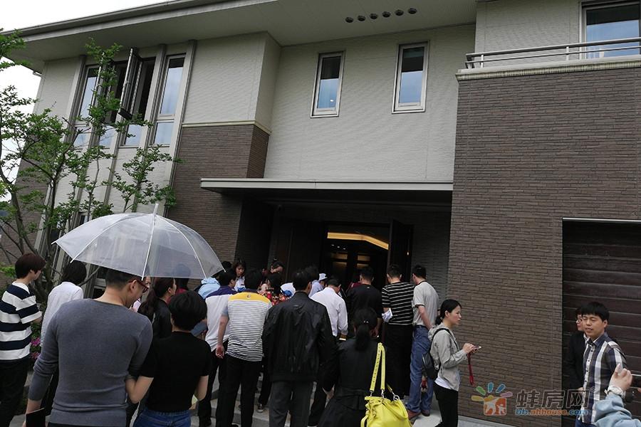 在置业顾问的带领下,大家纷纷移步参观宝业·四季园的日式别墅。
