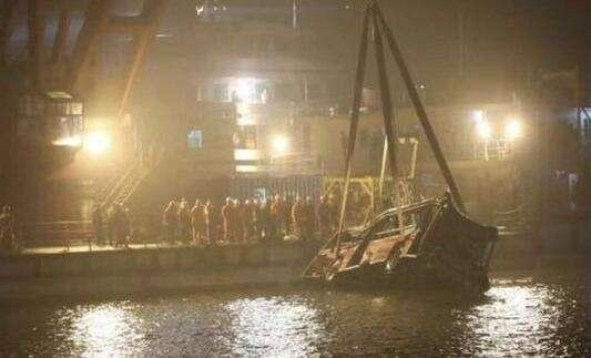 重庆坠江公交被打捞出水:车身变形 现场鸣笛致哀